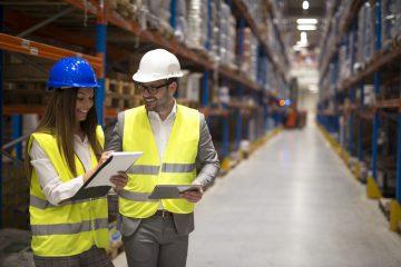Personal realizando tareas de gestión de almacén e inventario